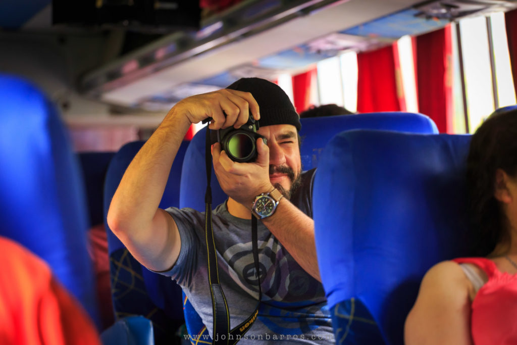 Alexandre fotografa no interior do ônibus para Cochabamba. (Foto: Johnson Barros.)